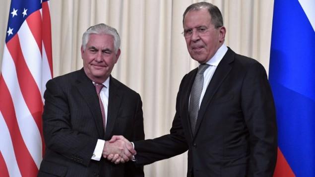 مصافحة بين وزير الخارجية الروسي سيرغي لافروف (من اليمين) ونظيره الأمريكي ريكس تيلرسون بعد مؤتمر صحفي عُقد في موسكو، 12 أبريل، 2017. (AFP PHOTO / Alexander NEMENOV)
