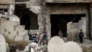 اطفال سوريون بين المباني المنهارة في بلدة دوما، 13 ابريل 2017 (AFP PHOTO / Sameer Al-Doumy)