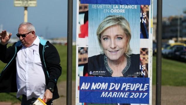 ملصق لحملة مرشحة اليمين المتطرف مارين لوبن، 14 ابريل 2017 (CHARLY TRIBALLEAU / AFP)