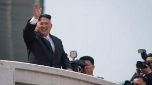 زعيم كوريا الشمالية كيم جونغ أون خلال مسيرة عسكرية للإحتفال بالذكرى ال150 لميلاد الزعيم الأسبق للبلاد كيم إيل سونغ، في بوينغ يانغ، 15 أبريل، 2017. (AFP/Ed Jones)