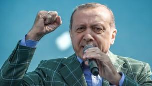 الرئيس التركي رجب طيب اردوغان خلال خطاب عشية الاستفتاء حول توسيع صلاحياته الرئاسية، 15 ابريل 2017 (Ozan Kose/AFP)
