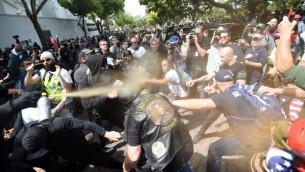 اشتباكات بين معارضو ومؤيدو ترامب خلال مسيرة في بيركلي بكاليفورنيا، 15 ابريل 2017 (JOSH EDELSON / AFP)
