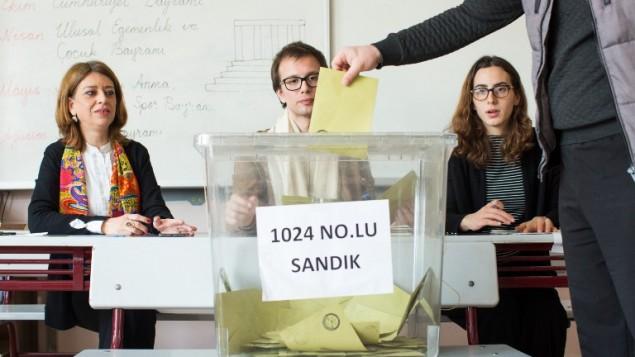 رجل تركي يدلي بصوته في محطة إقتراع خلال إستفتاء حول توسيع صلاحيات الرئيس التركي في 16 أبريل، 2017، في منطقة بشيكتاش في إسطنبول، 16 أبريل، 2017. ( AFP PHOTO / YASIN AKGUL AND GURCAN OZTURK)