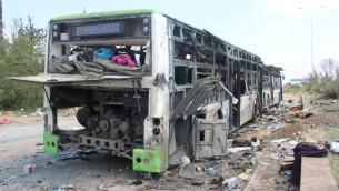 حافلة بعد تفجير انتحاري استهدف قافلة حافلات كانت تنقل اهالي اربع بلدات سورية محاصرة، 16 ابريل 2017 (OMAR HAJ KADOUR / AFP)