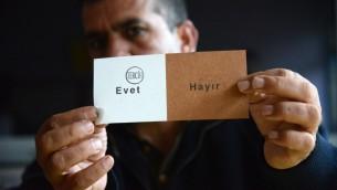صوت نعم في الاستفتاء لتوسيع صلاحيات الرئيس رجب طيب اردوغان في تركيا، 16 ابريل 2017 (ILYAS AKENGIN / AFP)