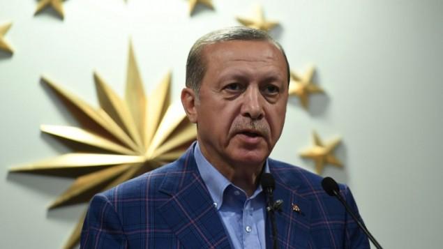 الرئيس التركي رجب طيب أردوغان يلقي بكلمة في مقر حزب 'العدالة والتنمية' المحافظ في إسطنبول، 16 أبريل، 2017. (AFP Photo/Bulent Kilic)