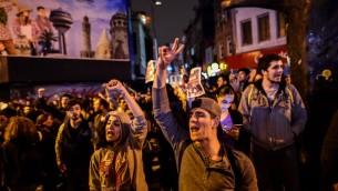 أنصار معسكر 'لا' يحتشدون في إسطنبول للاحتجاج في 16 أبريل، 2017 بعد إعلان نتائج إستفتاء سيحدد مصير تركيا في المستقبل. (AFP PHOTO / YASIN AKGUL)