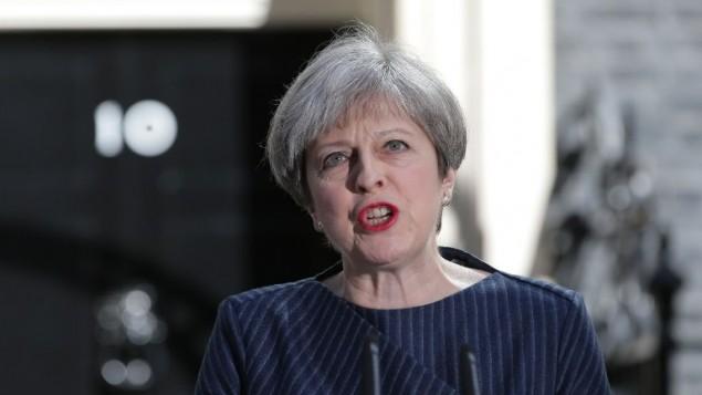 رئيسة الوزراء البريطانية تيريزا ماي خلال مؤتمر صحفي امام مقر الحكومة البريطانية في 10 داونينغ ستريت، 18 ابريل 2017 (AFP Photo/Daniel Leal-Olivas)