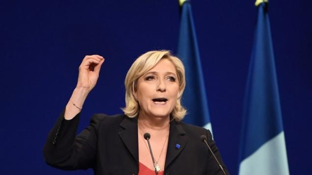 مرشحة حزب اليمين المتشدد 'الجبهة الوطنية' في الإنتخابات الرئاسية الفرنسية، مارين لوبن، تلقي خطابا خلال تجمع إنتخابي في 19 أبريل، 2017، في مدينة مرسيليا الواقعة جنوبي فرنسا. ( / AFP PHOTO  ANNE-CHRISTINE POUJOULAT)