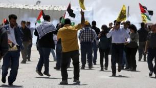 متظاهرون فلسطينيون يلوحون بالاعلام الفلسطينية وصور مروان برغوثي امام سجن عوفر في الضفة الغربية، 20 ابريل 2017 (AFP Photo/Abbas Momani)