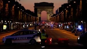 عناصر الشرطة يغلقون جادة الشانزيليزيه في باريس بعد هجوم اطلاق نار، 20 ابريل 2017 (AFP Photo/Ludovic Marin)
