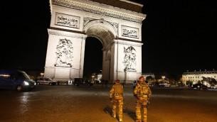جنود بالقرب من قوس النصر، بعد مقتل شرطي واصابة اثنين في هجوم اطلاق نار في جادة الشانزيليزيه في باريس، 20 ابريل 2017 (AFP/ Benjamin Cremel)