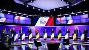 """المرشحون ال11 للإنتخابات الرئاسية الفرنسية يشاركون في برنامج تلفزيوني سياسي خاص تحت عنوان """"15 دقيقة للإقناع"""" في ستودويوهات القناة الفرنسية """"فرانس 2"""" في سانت كلود، غربي باريس، في 20 أبريل، 2017، قبل أيام قليلة من الجولة الأولى من الإنتخابات الرئاسية.  (AFP PHOTO / POOL / Martin BUREAU)"""