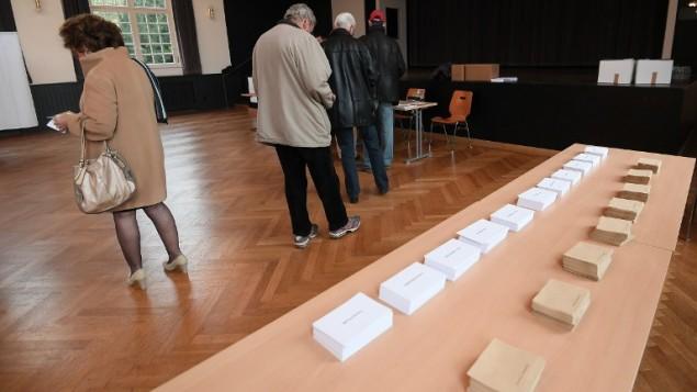 مواطنون فرنسيون يدلون بأصواتهم في ستراسبورغ، شمال شرق فرنسا، في 23 أبريل، 2017، خلال الجولة الأولى من الإنتخابات الرئاسية في البلاد. (AFP PHOTO / Frederick FLORIN)