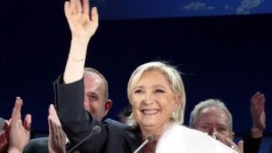 مرشحة الرئاسة الفرنسية عن حزب اليمين المتطرف 'الجبهة الوطنية' مارين لوبن تلقي خطابا في هينان بومونت، 23 أبريل، 2017 بعد الجولة الأولى من الإنتخابات الرئاسية. (AFP PHOTO / joel SAGET)