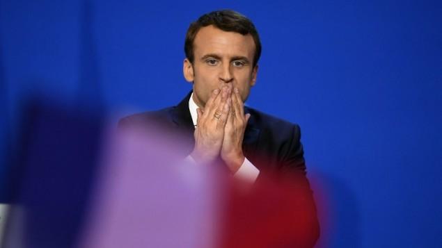 المرشح للرئاسة الفرنسية عن حركة 'إلى الأمام!'، ايمانويل ماكرون، يحيي جمهوره خلال تجمع في 'Parc des expositions' في العاصمة باريس، 23 أبريل، 2017، بعد الجولة الأولى من الإنتخابات الرئاسية. (AFP PHOTO / Eric FEFERBERG)