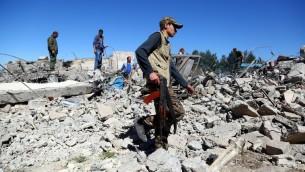مقاتلين من وحدات حماية الشعب الكردية يزورون موقع غارات تركية في شمال شرق سوريا ضد اهداف كردية، 25 ابريل 2017 (DELIL SOULEIMAN / AFP)