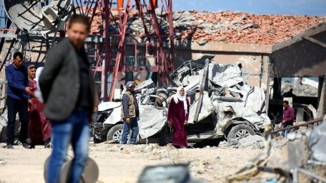 اقرباء مقاتلين من وحدات حماية الشعب الكردية يزورون موقع غارات تركية في شمال شرق سوريا ضد اهداف كردية، 25 ابريل 2017 (DELIL SOULEIMAN / AFP)