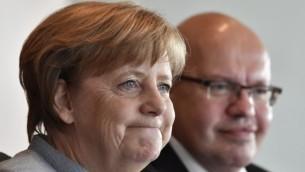 المستشارة الألمانية أنغيلا ميركل (من اليسار) ورئيس طاقم الموظفين الألماني بيتر ألتماير خلال مشاركتها في الجلسة الأسبوعية للحكومة في برلين، 26 أبريل، 2017. (AFP PHOTO / John MACDOUGALL)