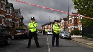 عناصر الشرطة البريطانية يغلقون شارع في لندن بعد عملية لمكافحة الإرهاب، 28 ابريل 2017 (BEN STANSALL / AFP)
