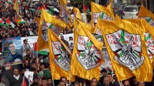 متظاهرون فلسطينيون يلوحون بأعلام حركة فتح خلال تظاهرة في وسط مدينة الخليل في الضفة الغربية، 4 نوفمبر، 2015. (AFP/HAZEM BADER)