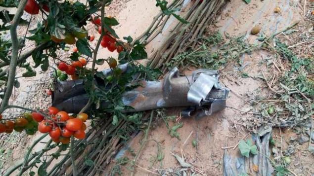 بقايا صاروخ اطلق من شبه جزيرة سيناء، داخل دفيئة لزراعة الطماطم في منطقة اشكول، جنوب اسرائيل، 10 ابريل 2017 (Israel Police)