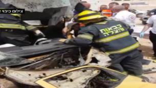 طواقم الإنقاذ في موقع حادث طرق جنوبي إسرائيل، 12 أبريل، 2017.(Screen capture: Channel 2)