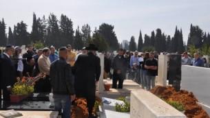 أكثر من 200 شخص يشاركون في جنازة هيلدا ناتان، إحدى الناجين من المحرقة، 27 فبراير، 2017.  (Jacob Israel/United with Israel)