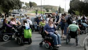 صورة للتوضيح: تظاهرة أمام مكاتب وزارتي الرفاه والمالية يشارك بها المئات من ذوي الإحتياجات الخاصة في القدس، 25 أكتوبر، 2010. (Abir Sultan/Flash 90)