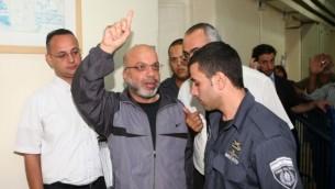الشرطة ترافق أحمد عطون عند مغادرته لمحكمة الصلح في القدس، 3 أكتوبر، 2011. (Sliman Khader/FLASH90)
