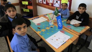 أطفال فلسطينيون في مدرسة في مدينة رفح في قطاع غزة. (Abed Rahim Khatib/Flash90)