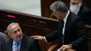 وزير المالية حينذاك يائير لابيد ورئيس الوزراء بينيامين نتنياهو في الكنيست في عام 2013.(Yonatan Sindel/Flash90)