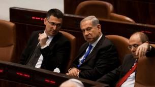 رئيس الوزراء بنيامين نتنياهو ووزير الداخلية جدعون ساعر في الكنيست، 9 يوليو 2013 (Flash 90)