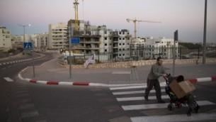 صورة للتوضيح: موقع أعمال بناء لشقق سكنية في القدس، 27 أكتوبر، 2013. (Yonatan Sindel/Flash90)