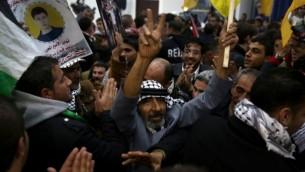 فلسطينيون يحتفلون خلال حفل إستقبال لأسرى فلسطينيين محررين في المقاطعة في رام الله، 31 ديسمبر، 2013. ( Hadas Parush/Flash90)
