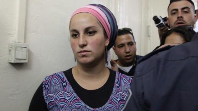 """إليرز فين، مستوطنة إسرائيلية من مستوطنة يتسهار في الضفة الغربية، في المحكمة للإشتباه ب""""تحريضها على العنف ضد الجنود"""" في 7 مايو، 2014، في محكمة الصلح في القدس. (Meital Cohen/Flash90)"""