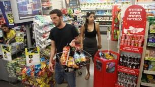 صورة للتوضيح: إسرائيليون يتسوقون في متجر تابع لشبكة  AM:PM في تل أبيب، 4 يوليو، 2014. (FLASH90)
