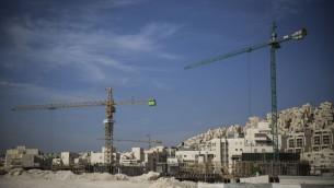 بناء مباني سكنية جديدة في مستوطة هار حوما في القدس الشرقية، 28 اكتوبر 2014 (Hadas Parush/Flash90)