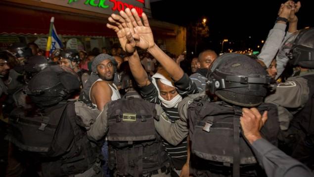 المئات من الإثيوبيين الإسرائيليين في اشتباكات مع الشرطة خلال تظاهرة في القدس، بعد ظهر فيديو يظهر شرطي وهو يعتدي بالضرب على جندي إسرائيلي من أصول إثيوبية، 30 أبريل، 2015. (Yonatan SIndel/Flash90)