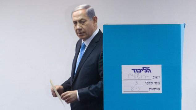رئيس الوزراء بينيامين نتنياهو يدلي بصوته في محطة إقتراع في القدس خلال الإنتخابات التمهيدية في حزب 'الليكود' التي أجريت قبل الإنتخابات التشريعية 2015، 14 يونيو، 2015.(Miriam Alster/FLASH90)