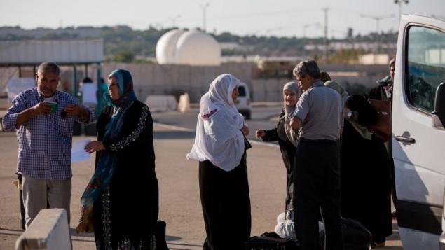صورة للتوضيح: فلسطينيون في معبر إيريز بيت غزة وإسرائيل في 3 سبتبمر، 2015. (Yonatan Sindel/Flash90)