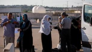 فلسطينيون يستعدون للعبور من إسرائيل إلى داخل قطاع غزة عبر معبر إيريز، 3 سبتمبر، 2015. (Yonatan Sindel/Flash90)