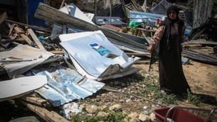 سيدة بدوية تتفقد الأضرار بعد هدم الجرافات الإسرائيلية لمنزل العائلة في تجمع الخان الأحمر في الضفة الغربية شرق القدس، 7 أبريل، 2016. (Flash90)