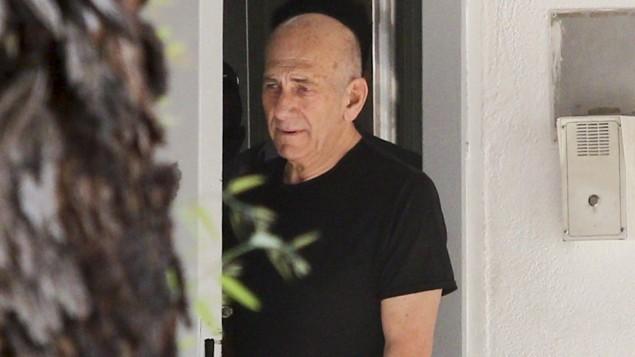 رئيس الوزراء السابق ايهود اولمرت يغادر سجن معسياهو في الرملة، لأول زيارة خارج السجن خلال قضائه عفوبة 19 شهرا في السجن، 11 يوليو 2016 (Avi Dishi/Flash90)