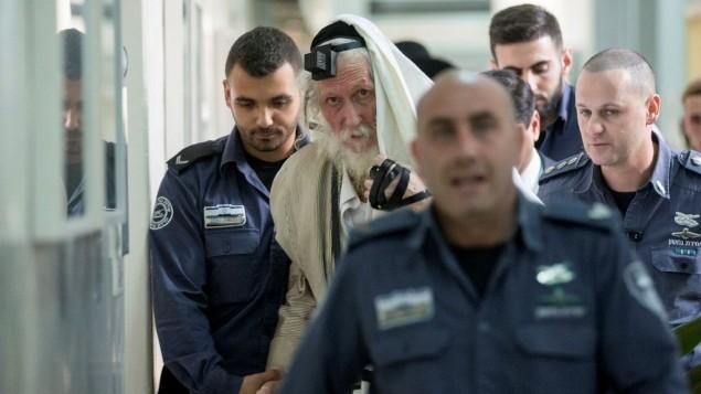 الحاخام إليعزر بيرلاند يغطي نفسه بتاليت (واح مخصص للصلاة) في محكمة الصلح في القدس خلال محاكمته بتهم إعتداء جنسي، 17 نوفمبر، 2017. (Yonatan Sindel/Flash90)