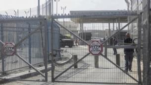 قوات الأمن الإسرائيلية عند حاجز قلنديا بالقرب من رام الله، 22 نوفمبر، 2016. (Flash90)