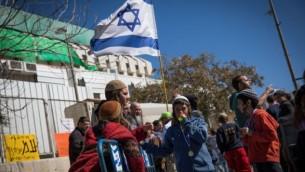 سكان مستوطنة عامونا الإسرائيلية الذين تم إخلاؤهم يحتجون أمام مكتب رئيس الوزراء في القدس، 19 فبراير، 2017. (Yonatan Sindel/Flash90)