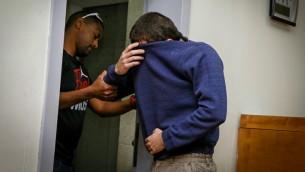 مراهق يهودي اسرائيلي مشتبه باصدار تهديدات قنابل مزيفة ضد مؤسسات يهودية في الولايات المتحدة وفي انحاء العالم، في محكمة الصلح في ريشون لتسيون، 23 مارس 2017 (Flash90)