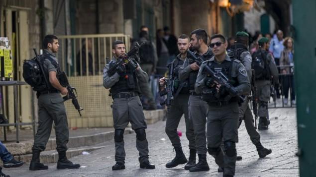 قوات الأمن في البلدة القديمة في القدس بعد هجوم طعن أصيب فيه ثلاثة أشخاص وقُتل منفذ الهجوم بيد الشرطة، 1 أبريل، 2017. (Yonatan Sindel/Flash90)