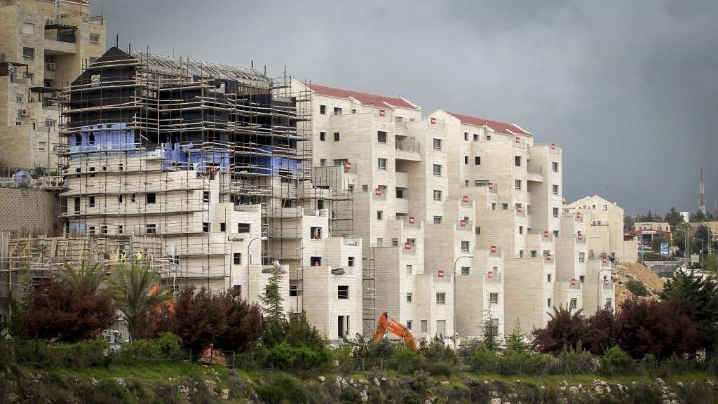 البناء في مستوطنة كيريات اربع المحاذية لمدينة الخليل في الضفة الغربية، 2 ابريل 2017 (Wisam Hashlamoun/Flash90)